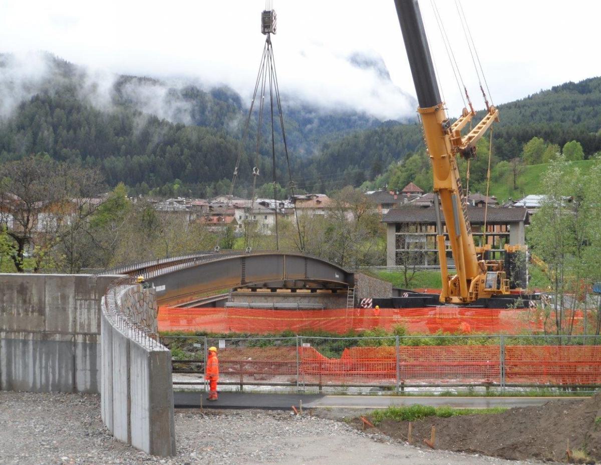 Varo del ponte in acciaio sul fiume Noce a Dimaro